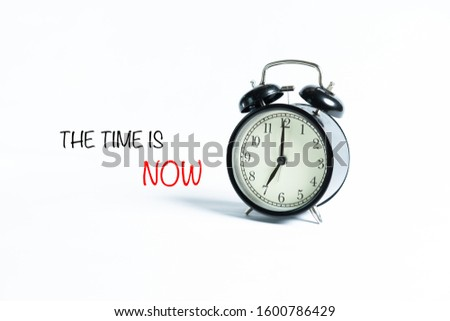 """""""THE TIME IS NOW"""" wordings with alarm clock against white background Foto stock ©"""