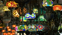 traditional handmade turkish lamps in souvenir shop. Mosaic of colored glass. Lampes orientales au Grand Bazar d'Istambul - Turquie