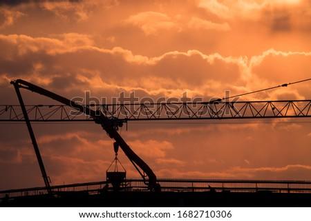 Żuraw wieżowy na budowie biurowca przy skrzyżowaniu ulic Nowohuckiej i Klimeckiego w Krakowie Zdjęcia stock ©