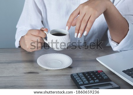 woman hand komputer   with coffee on the desk Zdjęcia stock ©