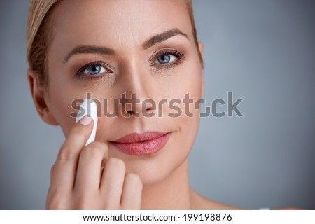 woman remove dark circles under eyes
