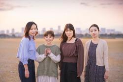 4 women gathering to take a commemorative photo