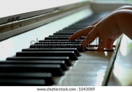 4 year old playing the piano.