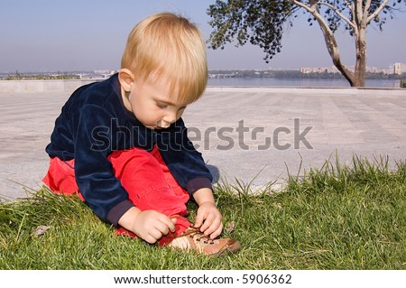 1.9 years old baby boy try to tie shoe-laces