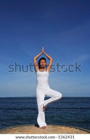 妇女思考在海� �� - stock photo