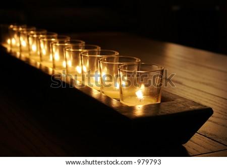 暗く無作法な� ��ーブルの蝋� �の列 - stock photo