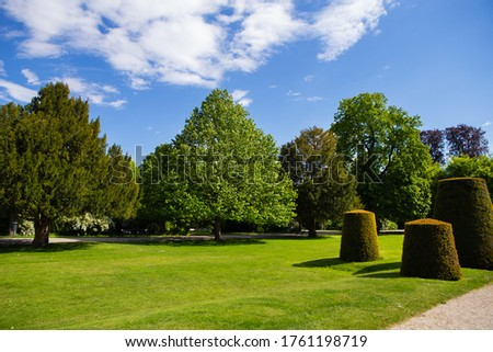 A beautiful sunny day at the famous Sch?nbrunn Park Palace in Vienna Stock foto ©