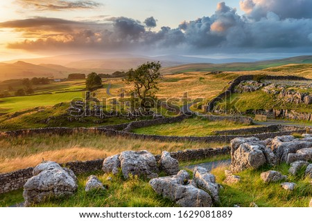 A beautiful sunset over the Yorkshire Dales National Park at the Winskill Stones near Settle Stock fotó ©