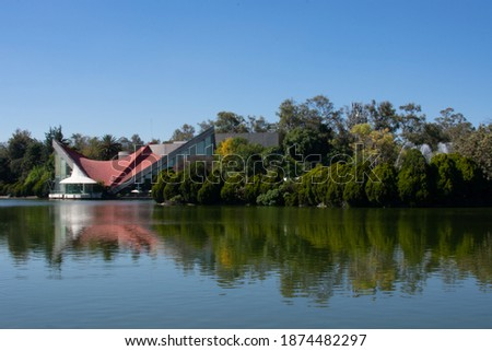 A beautiful view of a lake on a sunny day. A view of Bosque de Chapultepec, the biggest park in Mexico City and one of the biggest city parks in the world Foto stock ©