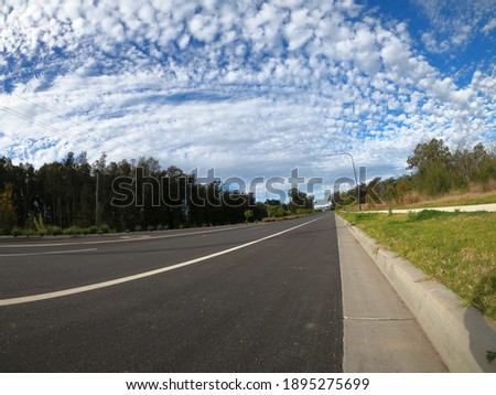 A beautiful view of a road surrounded by greenery in Schofield, New South Wales, Australia Stockfoto ©