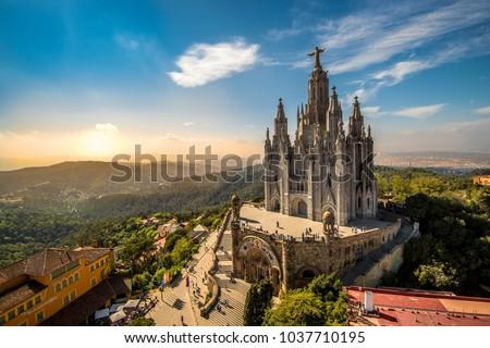 A beautiful view on Temple del Sagrat Cor de Jesús in sunset  (Barcelona) Foto stock ©
