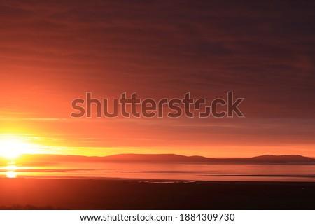 A beautiful winter sunrise over the River Tav estuary in Carmarthenshire, Wales, UK. Stok fotoğraf ©