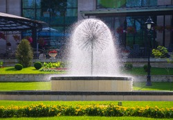 A beautifull fountain with flowing watter