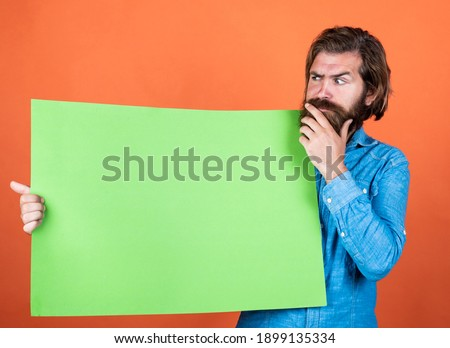 A better decision. empty place for copy space. need help. bearded man holding placate. wanted. empty paper for your information. barber concept. thinking hipster with beard at paper sheet. Foto stock ©