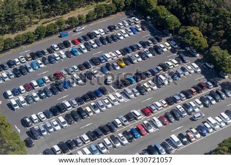 A bird's-eye view of a full outdoor parking lot Foto stock ©