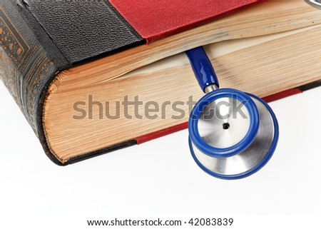 A blue stethoscope liegtn in a medical book