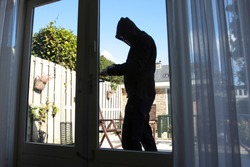 A burglar tries to break in a house