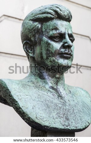 A bust of former President of the United States John F. Kennedy situated on the Marylebone Road in London.