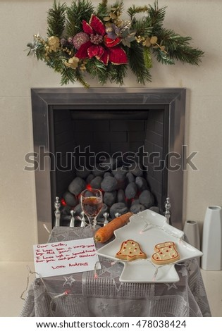 A childs letter to Santa Claus with a glass of sherry, biscuits and a carrot for his reindeer  Imagine de stoc ©