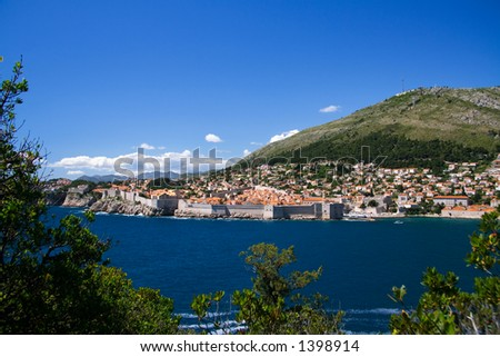 A cidade walled de Dubrovnik como vista do console de Lokrum - stock photo