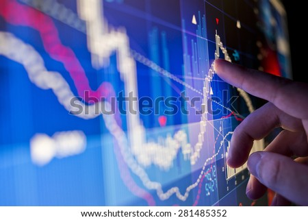 A city worker Analysing stock market data on a monitor. Foto d'archivio ©