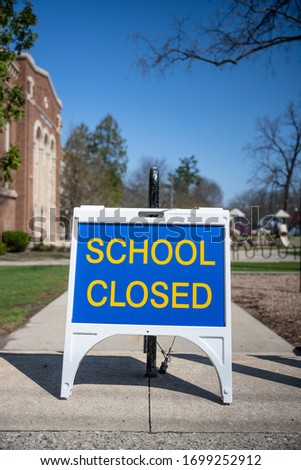 A 'closed' sign outside a school in Michigan. The state closed all schools in March 2020 an effort to thwart the spread of the novel coronavirus. Foto stock ©