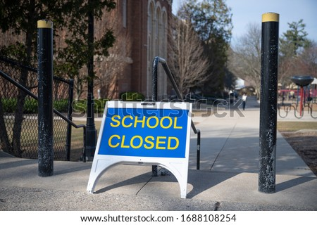 A 'closed' sign outside of a public school in Grand Rapids, Michigan. The state closed all schools in March 2020 to thwart the spread of the novel coronavirus. Foto stock ©