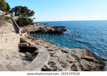 A coastal path on Sentier du Littoral Cap D Ail, France. Beautiful Seaside walk/ trail along the seashore for pedestrians. Foto stock ©