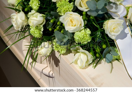 A coffin with a flower arrangement in a morgue Foto stock ©