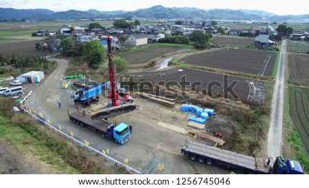 A crawler crane's endless track is placed on a trailer, Crawler crane endless track and carrying trailer,