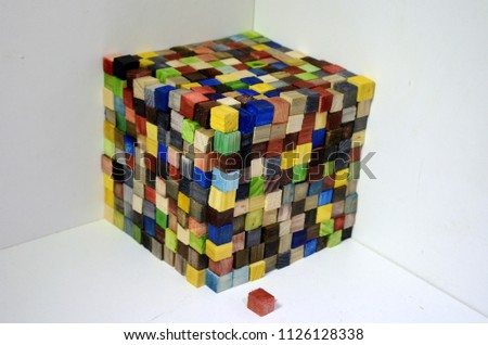 A cube made of colorful wood cubes, each cube is 1x1x1 centimeter, the wole cube consists of 1000 of such cubess, thus its volumen is 1000 cm^3 or one liter Zdjęcia stock ©