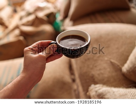 a cup of delicious fresh roasted coffee in coffee warehouse Foto stock ©