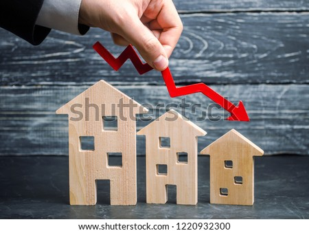 a decline in property prices. population decline. falling interest on the mortgage. reduction in demand for the purchase of housing. low energy efficiency, low prices for public utilities. arrow down. ストックフォト ©