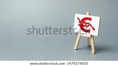 A easel with a canvas and a red Euro arrow down. National currency decline, devaluation and inflation. Adverse market conditions, euro zone crisis. Brexit. low prices and falling demand, recession. Foto stock ©