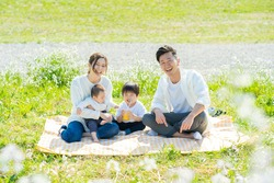 A family that fits in a commemorative photo at a picnic