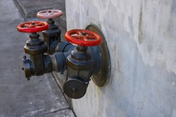 A fire hydrant or fire hydrant is a water outlet designed to provide considerable flow in case of fire. Water can be obtained from the urban supply network or from a reservoir, by means of a pump