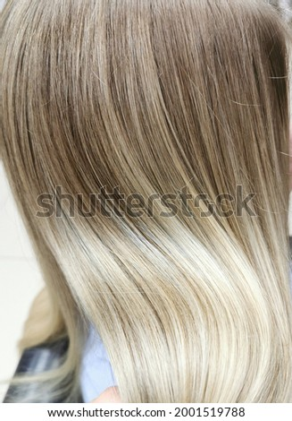A girl with blond hair in a beauty salon. Air-touch. Embossed hair coloring.   Foto d'archivio ©