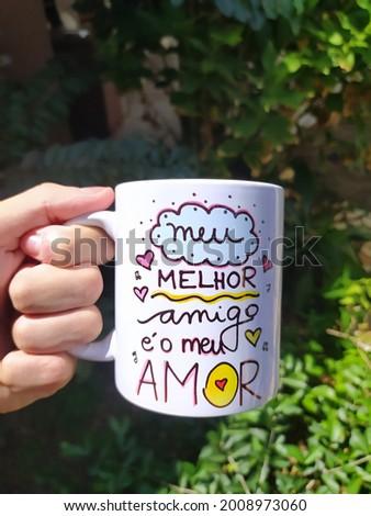 A great phrase on a beautiful mug.  Uma ótima frase em uma linda caneca.  Foto stock ©