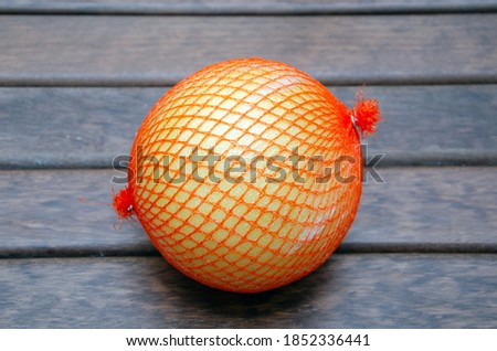 A half of pomelo and it's cut pieces on wooden background with green leafs, cut pomelo close up Foto stock ©