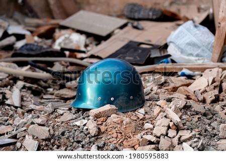 A helmet on a pile of debris. Warzone concept image. Zdjęcia stock ©