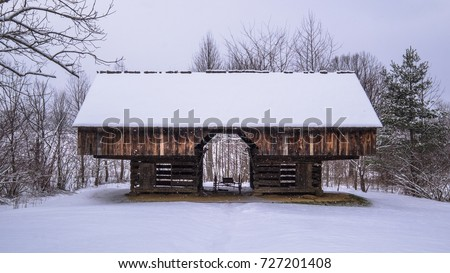 A historic barn in the snow at Smoky Mtn Nat'l Park's Cades Cove Photo stock ©