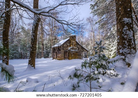 A historic cabin in the snow at Smoky Mtn Nat'l Park's Cades Cove Photo stock ©