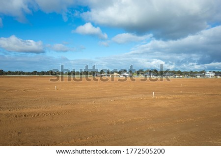 A large vacant land ready to build new residential houses in Melbourne.  Construction site with some Australian homes in the distance.Concept of real estate development and new suburban neighbourhood. Imagine de stoc ©