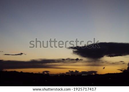 A linda paisagem mostra a luz do sol indo embora e os últimos reflexos nas nuvens em uma bela profusão de cores. O nascer do sol ou o por do sol transforma o horizonte em uma verdadeira obra de arte. Foto stock ©