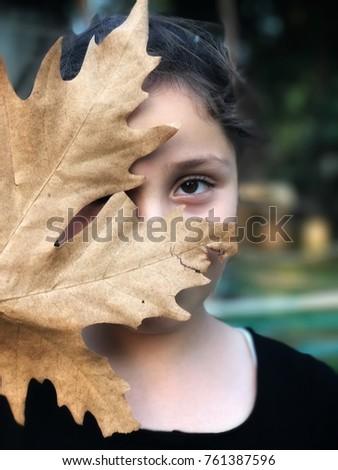 a little girl behind the leaf.. Stock fotó ©
