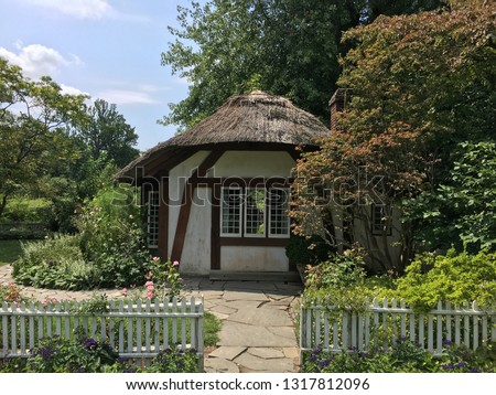 A little round Tudor style thatched roof hut in the garden in Old Westbury, NY. Stock fotó ©