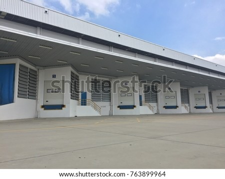 A loading dock or loading bay is an area of a building where goods vehicles are loaded and unloaded. They are commonly found on commercial and industrial buildings, and warehouses in particular. #763899964
