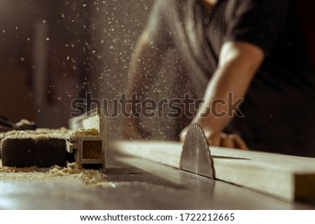 A man cuts wood on a circular saw in a joinery Foto stock ©