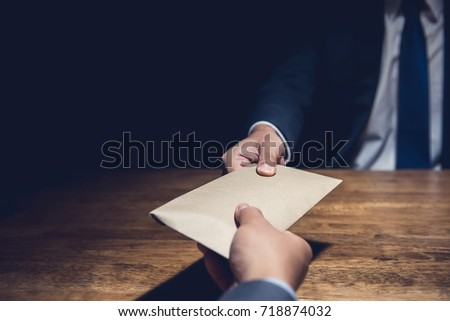 A man giving bribe money in a brown envelope to another businessman in a corruption scam Foto stock ©