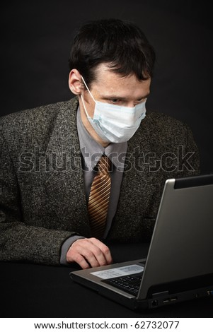 A man in a medical mask diagnoses computer